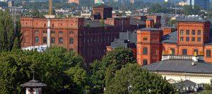 Widok miasta budynki z czerwonej cegły. Schrag Polska producent kształtowników zimnogiętych, profili Z, profili C, konstrukcji fotowoltaicznych, profili kontenerowych, elewacji, obróbek blacharskich.