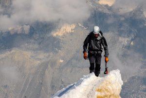 Alpinista stojący na szczycie góry. Filozofia firmy Schrag Polska - kształtowniki zimnogięte.