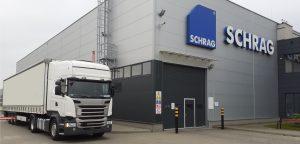 TIR przy hali produkcyjnej Schrag Polska. Transport profili Z, profili C, kształtowników zimnogiętych, elewacji, konstrukcji fotowoltaicznych.