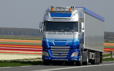 Niebieski TIR. Transport profili Z, profili C, kształtowników zimnogiętych, elewacji, konstrukcji fotowoltaicznych.