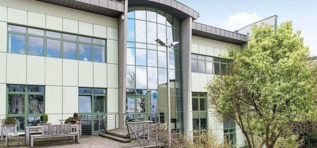Siedziba główna firmy Schrag produkującej kształtowniki zimnogięte, profile Z, profile C, obróbki blacharskie, elewacje, konstrukcje fotowoltaiczne.