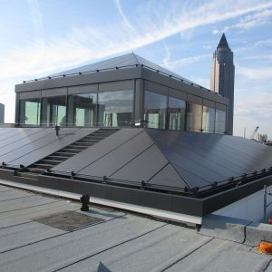 Grafitowe obróbki blacharskie na dachu. Schrag Polska.